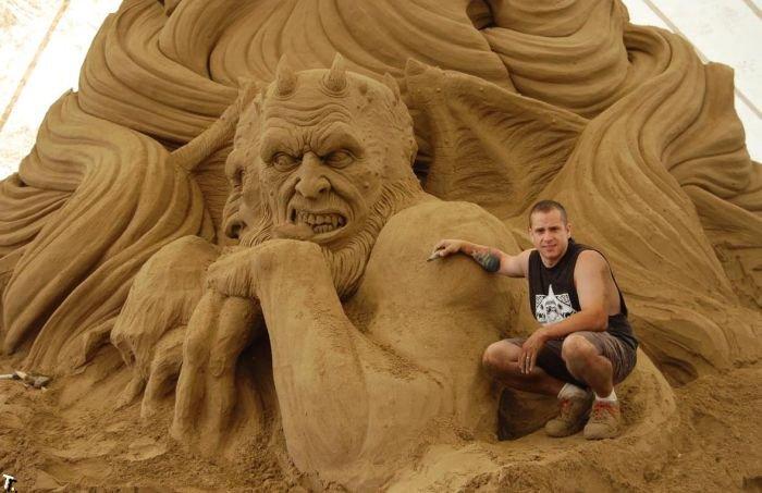 Постройка скульптуры из песка (16 фото)