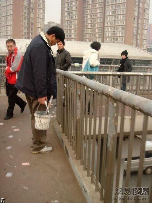 Как уничтожают рекламные объявления в Китае (11 фото)