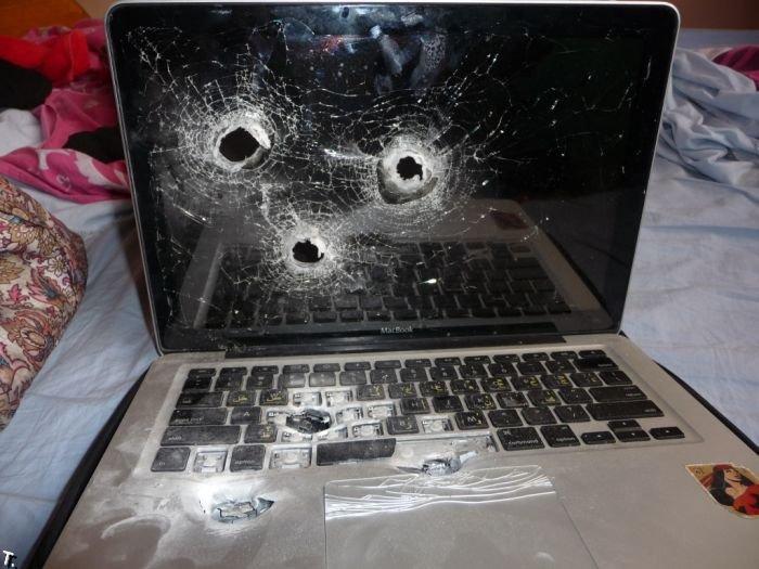 Простите, но мы прострелили ваш Макбук (3 фото)
