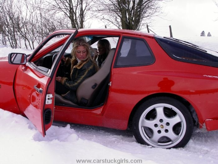 Девушки на зимних дорогах (36 фото)