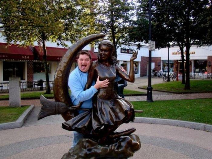 Прикольные фото со статуями (32 фото)