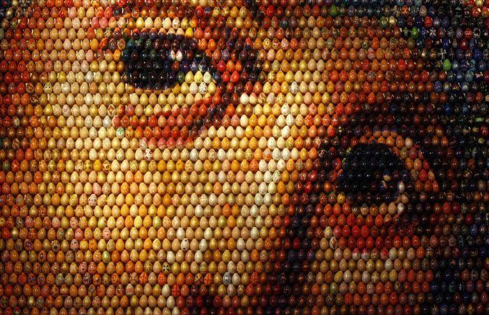 Мозаика образа Девы Марии из пасхальных яиц (4 фото)