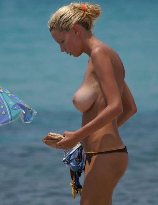Девушка на пляже (8 фото)