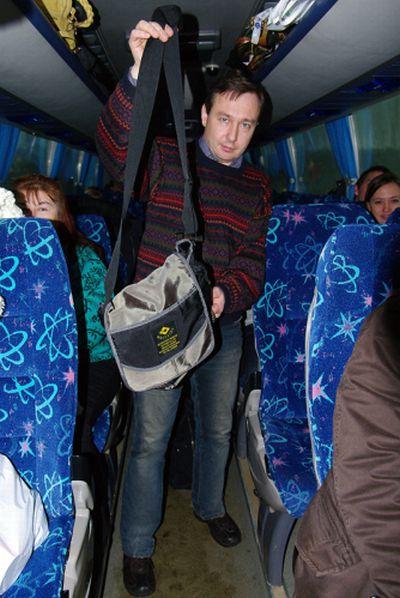 Кто забыл сумку в автобусе Питер-Финляндия? (6 фото)