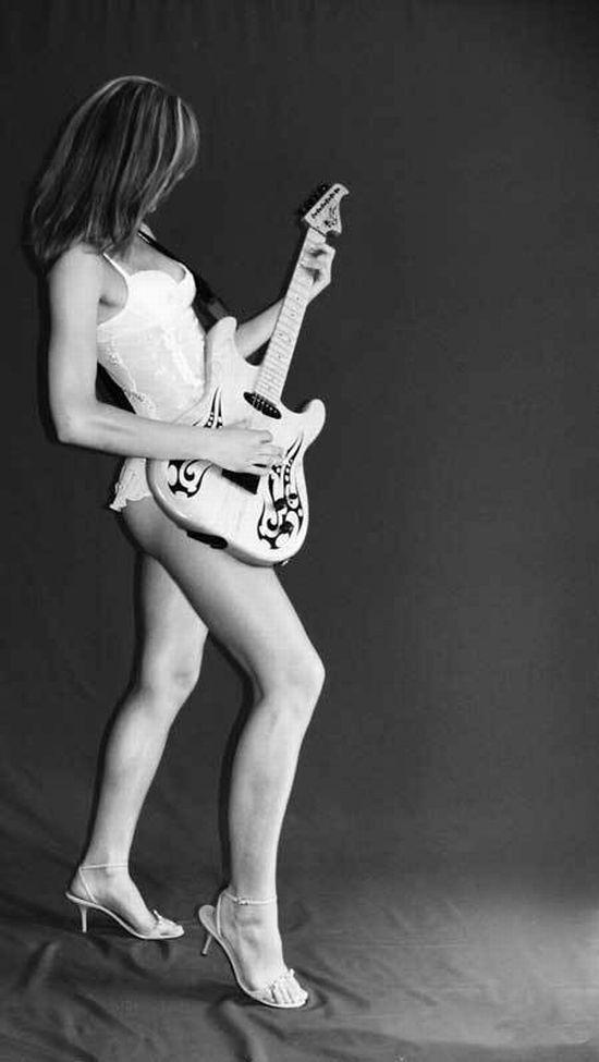 Девушки и музыкальные инструменты (47 фото)