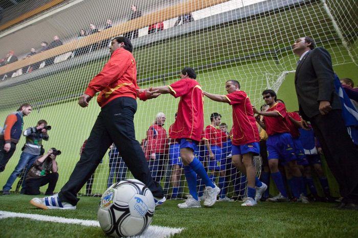 Футбол в темноте (26 фото)