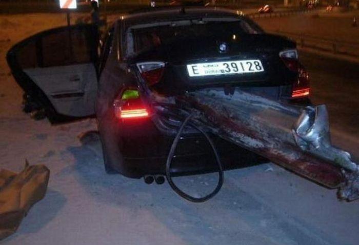 В Дубаях ограждение проткнуло автомобиль (6 фото)