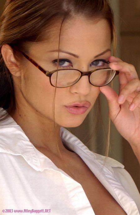 Девушки, которым очень идут очки (67 фото)