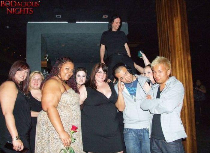 Пользуются ночные клубы, проводящие вечеринки для толстых людей.
