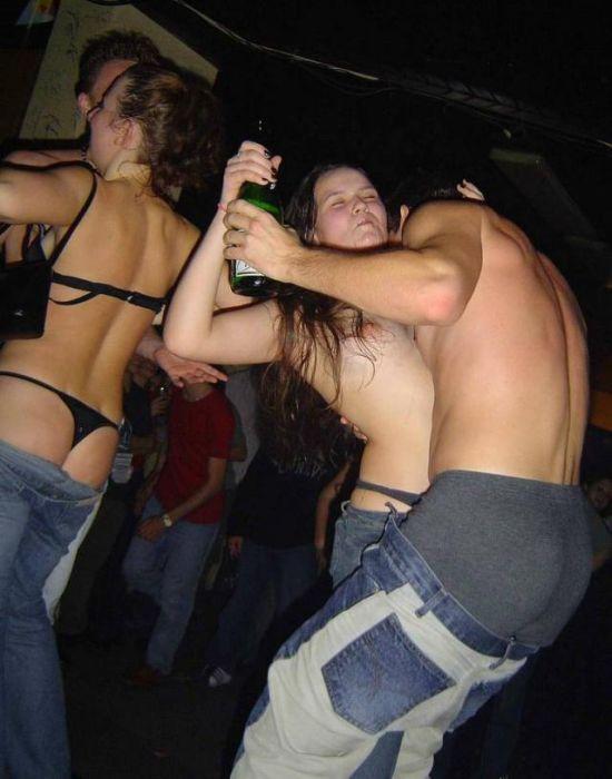 Пьяные голые в клубе фото 21740 фотография