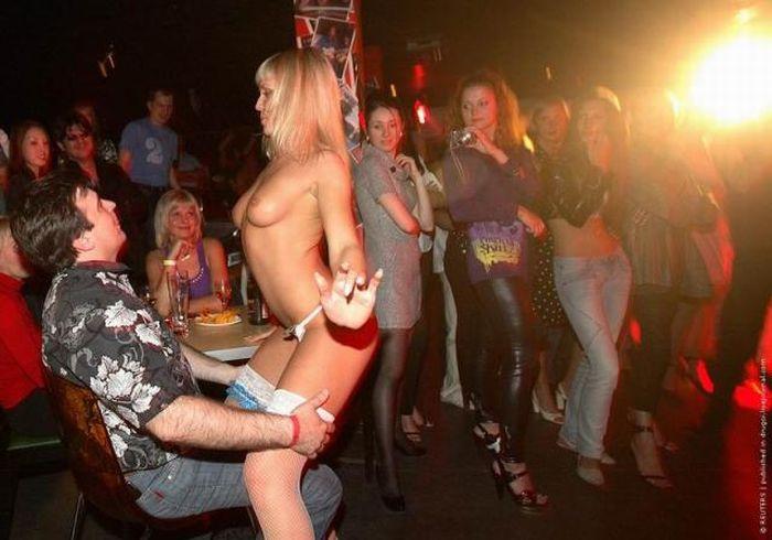 eroticheskie-tantsi-v-nochnom-klube-porno-fallos-na-stule