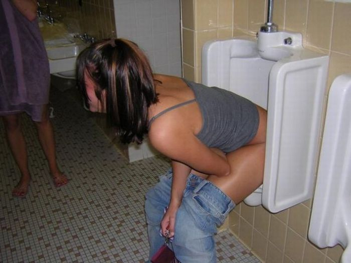 golie-devki-v-tualete