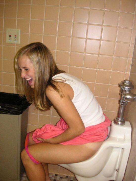 podsmatrivaem-v-muzhskom-tualete