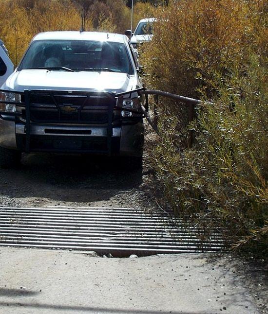 Chevrolet против шлагбаума (4 фото)