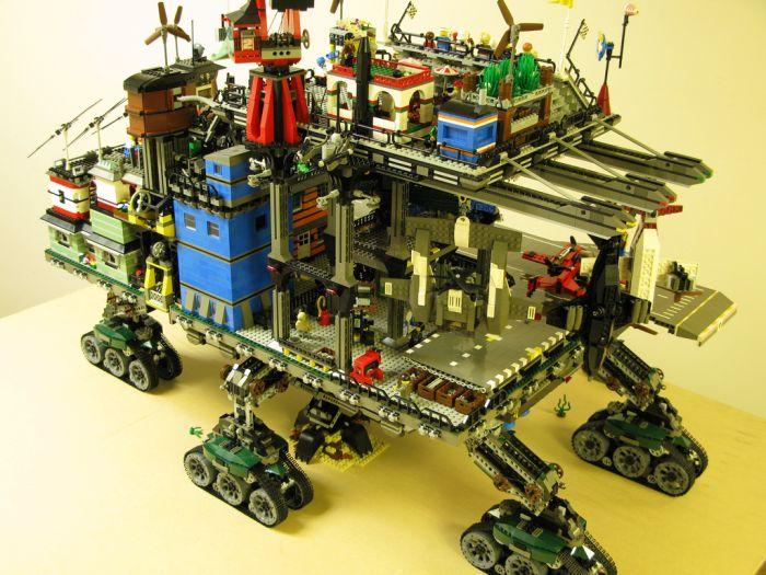 Гусеничный город из Lego (15 фото)