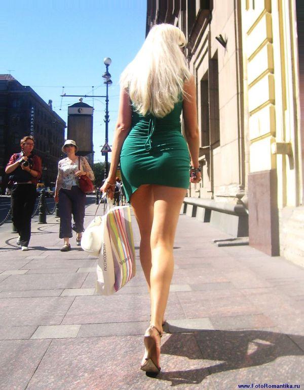 Красивая девушка в короткой юбке в Сибири | sklad-komplekt.ru