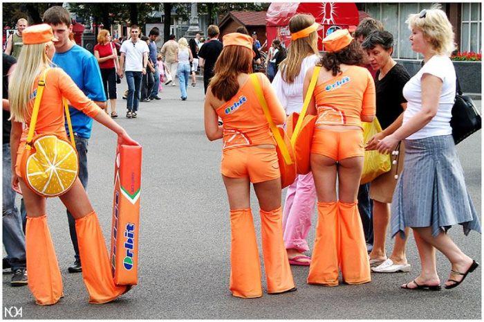 Девушки, у которых слишком короткие юбки (111 фото)