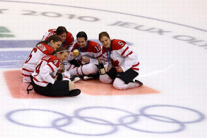 Женская хоккейная команда отмечает (24 фото)