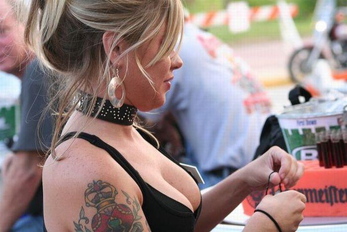 Шикарные девушки на мото-слетах (46 фото)