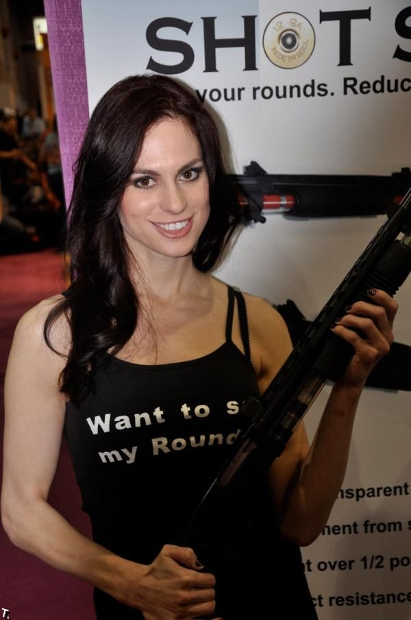 Девушки с выставки оружия SHOT (21 фото)