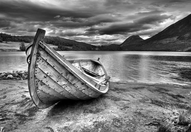 черно белое фото с лодкой