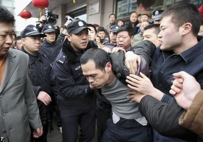 Китайский наркоман захватил в заложницы свою золовку (3 фото)