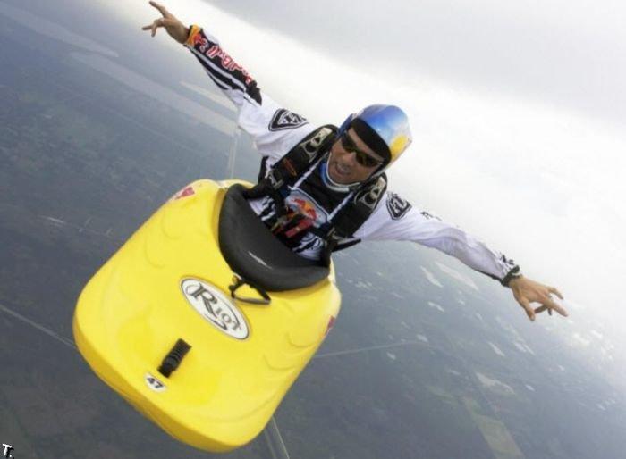 Необычный способ прыжков с парашютом (11 фото)
