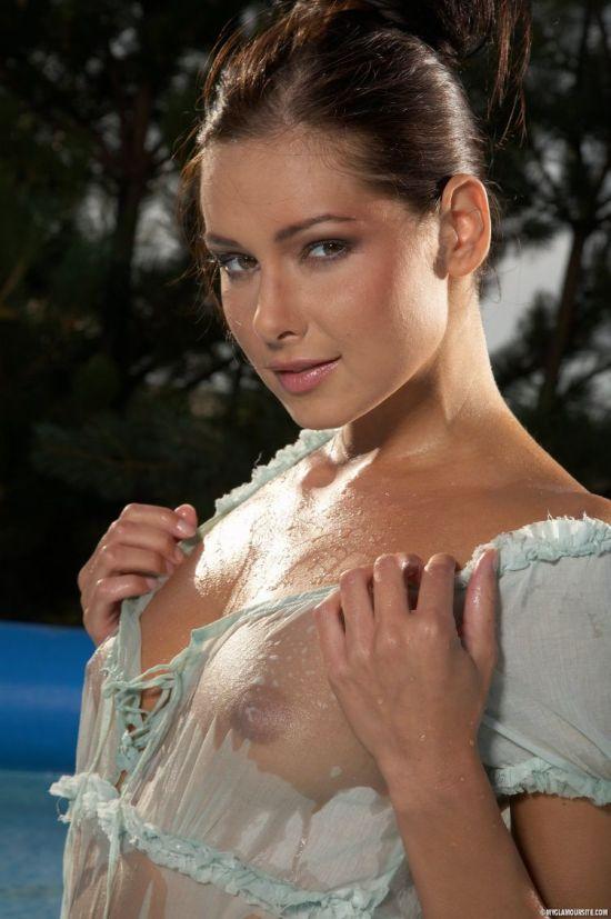 Девушки в мокрых футболках (51 фото) НЮ