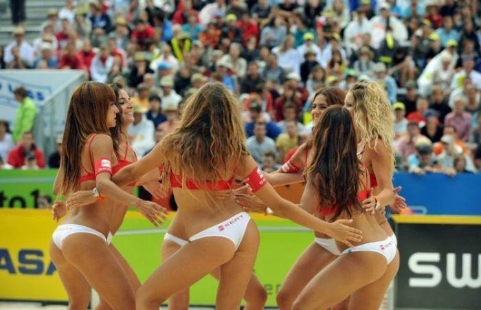 Девушки из группы поддержки на пляжном волейболе. Часть 2 (27 фото)