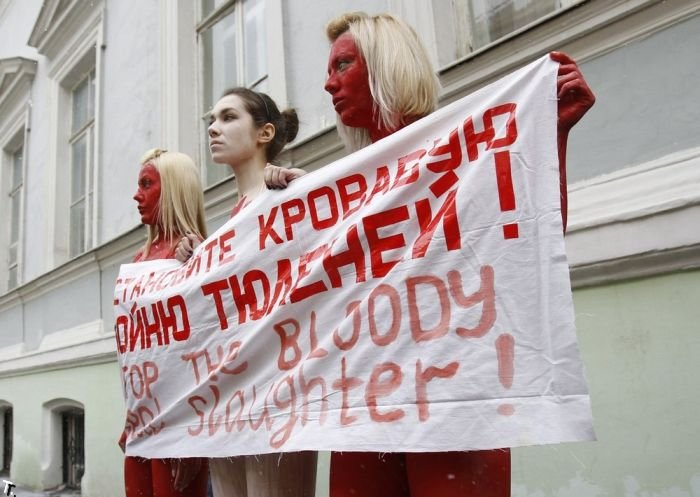 Акция PETA у канадского посольства в Москве (8 фото)
