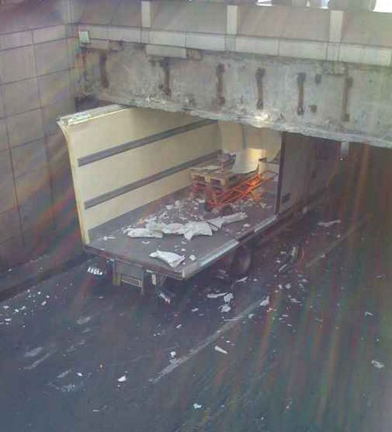 Тоннель - убийца грузовиков (50 фото)