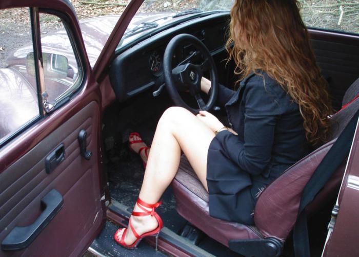 девушка за рулем в юбке фото путевки Черногорию складывается