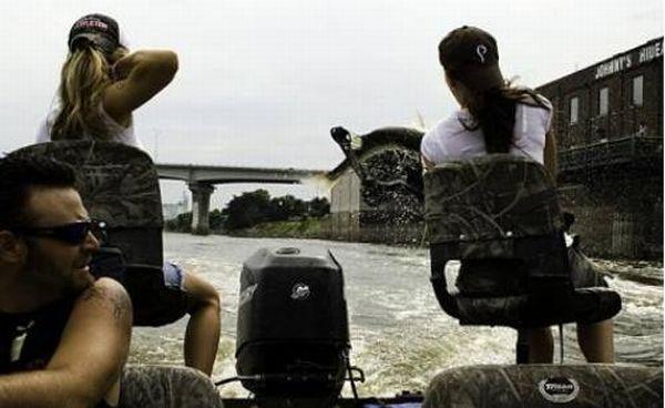 В США на реке Иллинойс обитает азиатский карп, он имеет свойство выпрыгивать из воды, по этой причине на него...