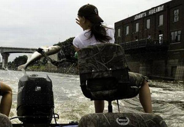 В Америке на реке Иллинойс есть место, где рыбины выскакивают из воды.  Эту летательную особенность рыб используют...