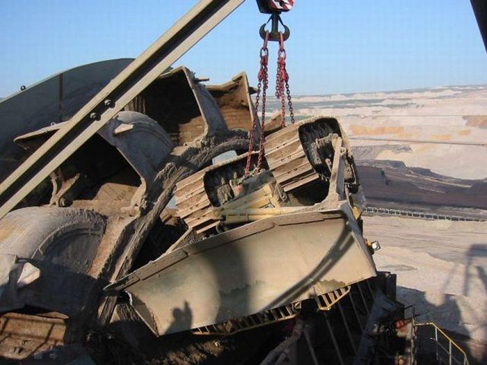 Бульдозер попал под огромный роторный экскаватор (19 фото)