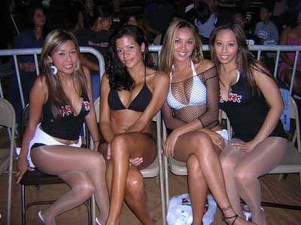 Девушки с табличками (85 фото)