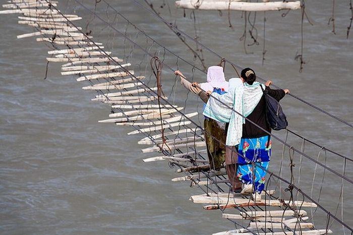 Самый опасный подвесной мост в мире (6 фото)