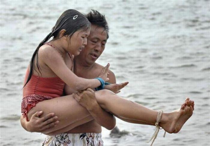 Каждый раз девочка проплывает со связанными руками и ногами по два-три