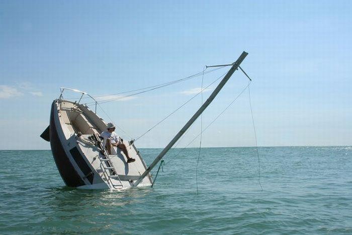 Утонувшая яхта? (9 фото)