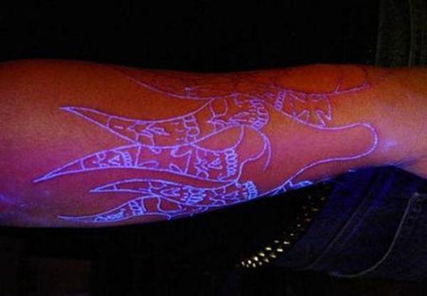 Светящиеся татуировки (14 фото)
