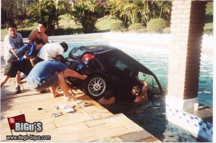 Утопили автомобиль в бассейне (8 фото)