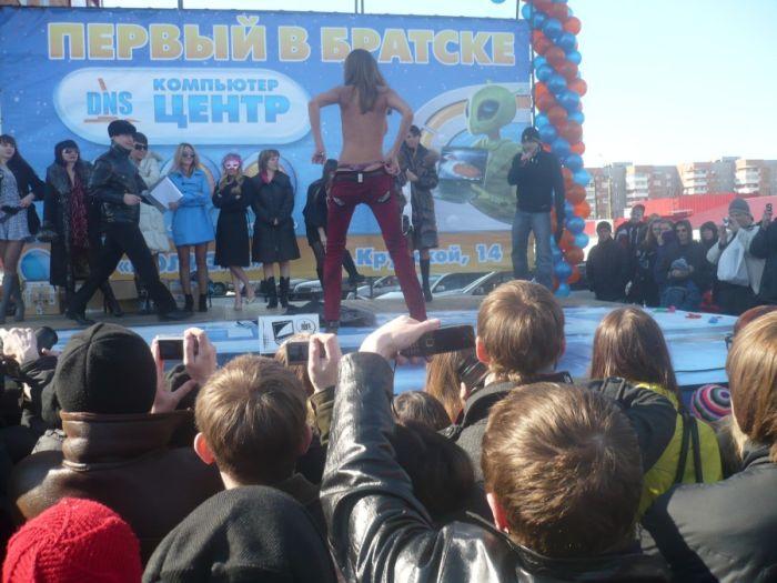 Стриптиз на открытии нового магазина в Братске (19 фото)