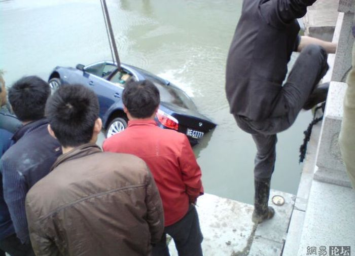 Утонувший BMW в Китае (9 фото)