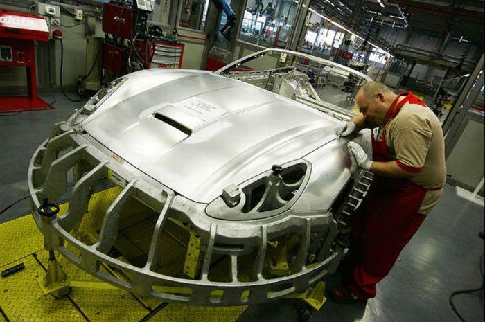 Внутри сборочного цеха Ferrari (35 фото)