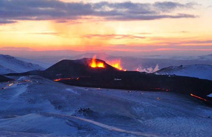 Извержение вулкана Эйяфьятлайокудль в Исландии (24 фото)
