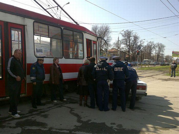 Трамвай против ДПС в Таганроге (8 фото)