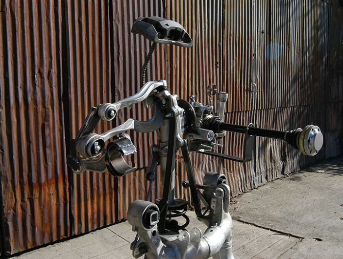 Скульптура из разбитого BMW 645CI (7 фото)