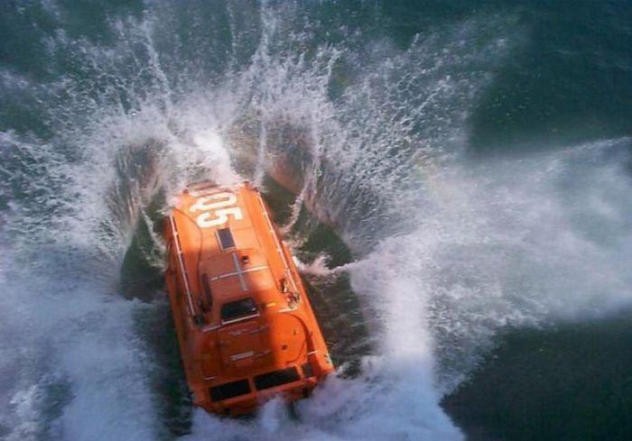 Прыжки в воду на спасательной лодке (7 фото)