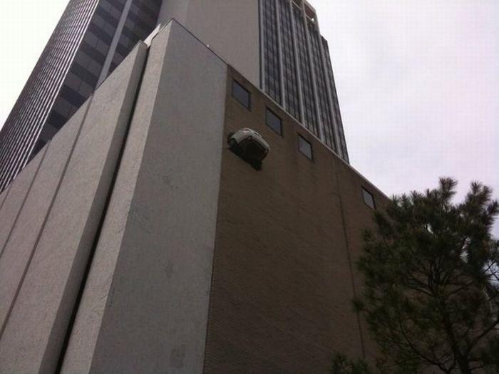 Mercedes подвис в стене на уровне 6-го гаража (11 фото)