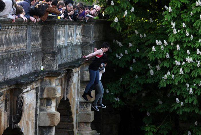 Прыжки с моста в Англии (16 фото)